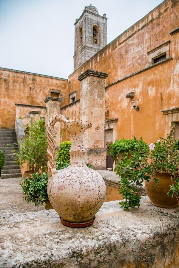 Em maio de 2013: o monastério de Agia Triada de Tsagaroli na região de Chania na ilha da Creta, Grécia imagens de stock royalty free