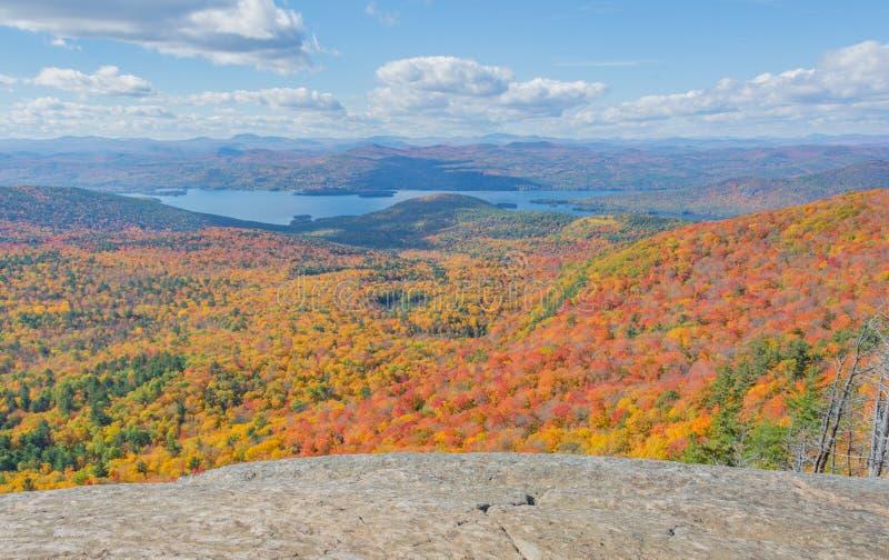 Em meados de outubro caminhada da tarde no Adirondacks do sul foto de stock royalty free