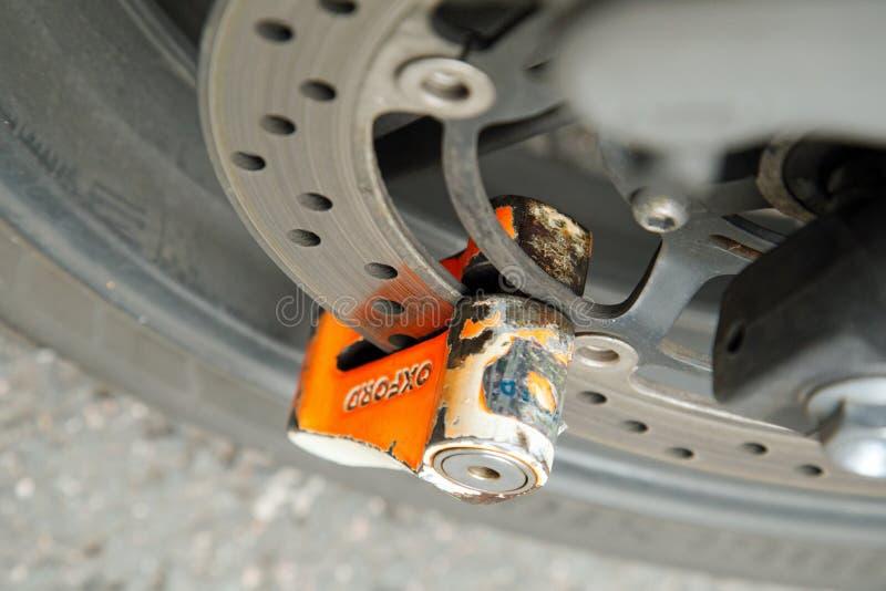 Em outubro de 2017, Londres, uma laranja marcou o fechamento do disco no lugar em uma roda da motocicleta fotografia de stock royalty free