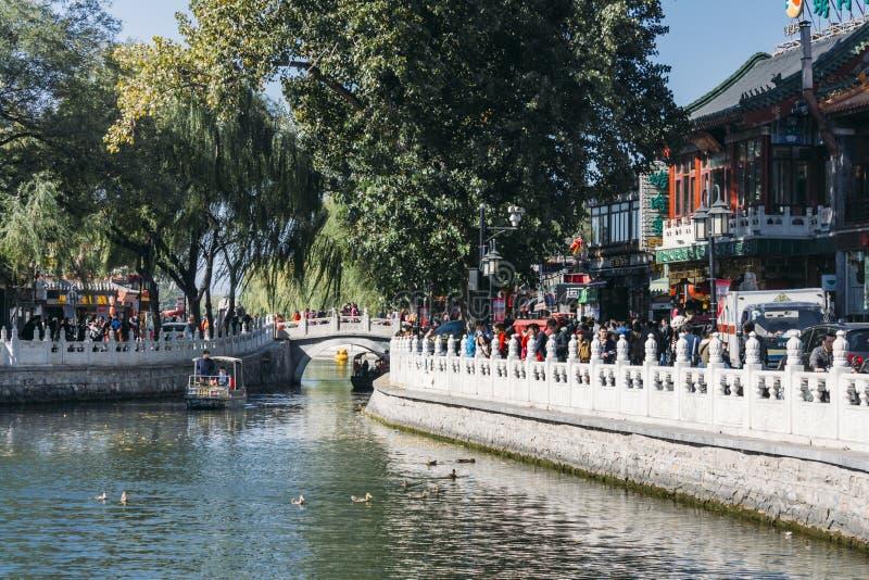 25, em outubro de 2014 - no Pequim ShiChaHai Barcos e ponte em Qianh fotos de stock royalty free