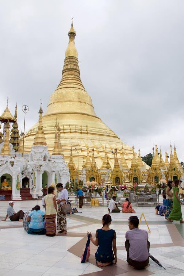 Em outubro de 2015, peregrinos que visitam o pagode de Swedagon em Yangon, Myanmar fotos de stock royalty free