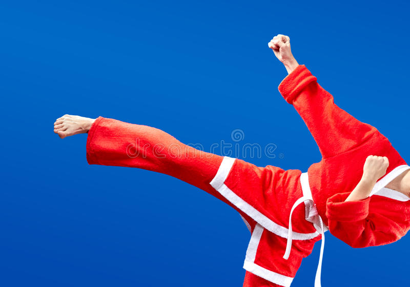 Em Santa Claus de pano a menina está batendo o pé do sopro imagem de stock royalty free