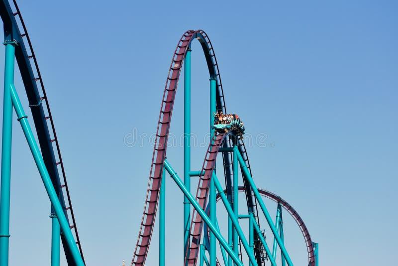 Em Seaworld Cavaleiros que têm as mãos do divertimento acima em Mako Rollercoaster em Seaworld Marine Theme Park fotos de stock