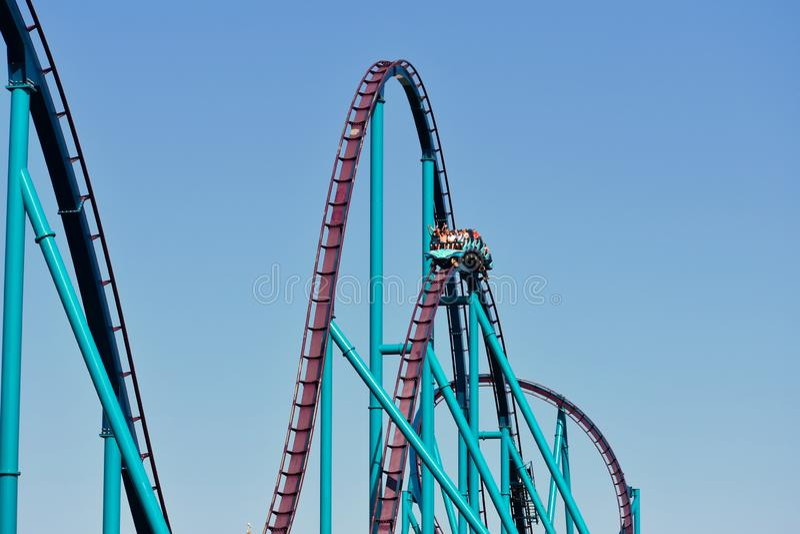 Em Seaworld Cavaleiros que têm as mãos do divertimento acima em Mako Rollercoaster em Seaworld Marine Theme Park fotos de stock royalty free