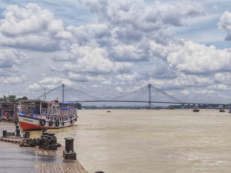 Em segundo ponte do rio de Hooghly - o cabo o mais longo ficou a ponte na ?ndia fotos de stock