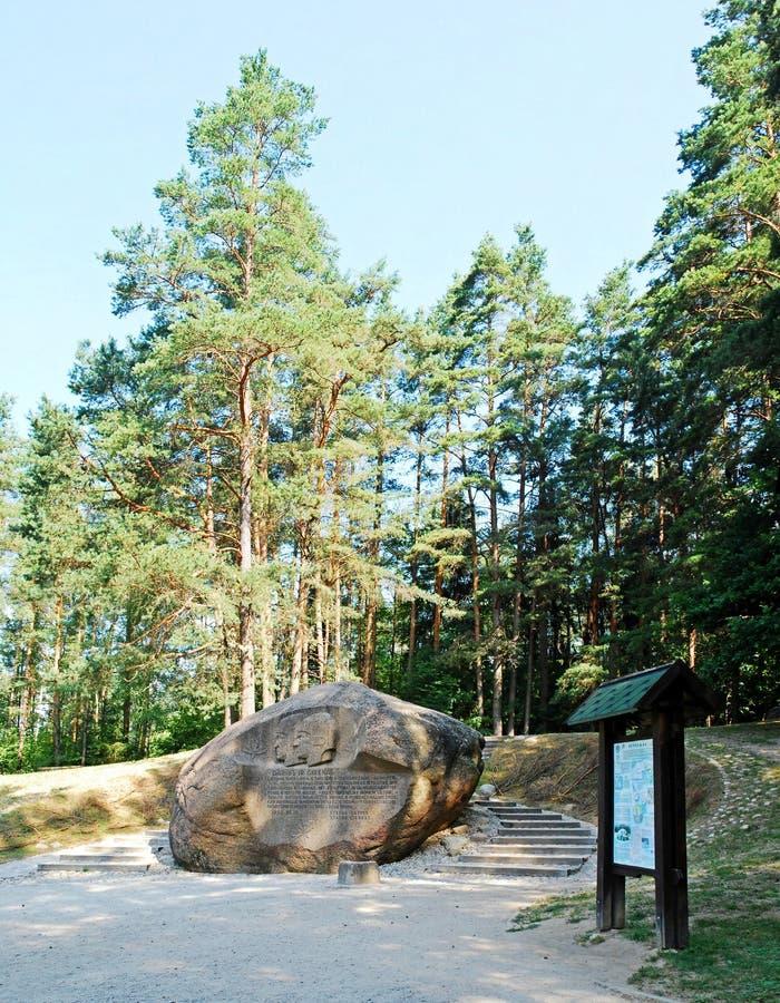Em segundo - a rocha a maior no distrito de Anyksciai de Lituânia Puntukas fotos de stock royalty free