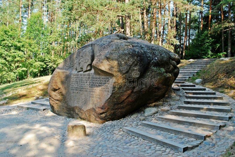 Em segundo - a rocha a maior no distrito de Anyksciai de Lituânia Puntukas foto de stock royalty free
