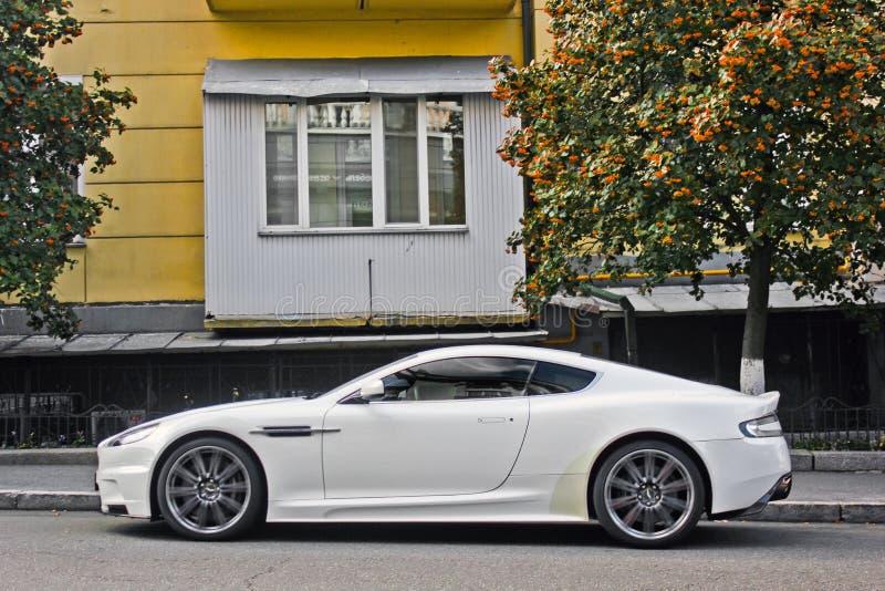 Em setembro de 2017, Kiev - Ucrânia; Aston Martin branco DBS Supercarro foto de stock royalty free