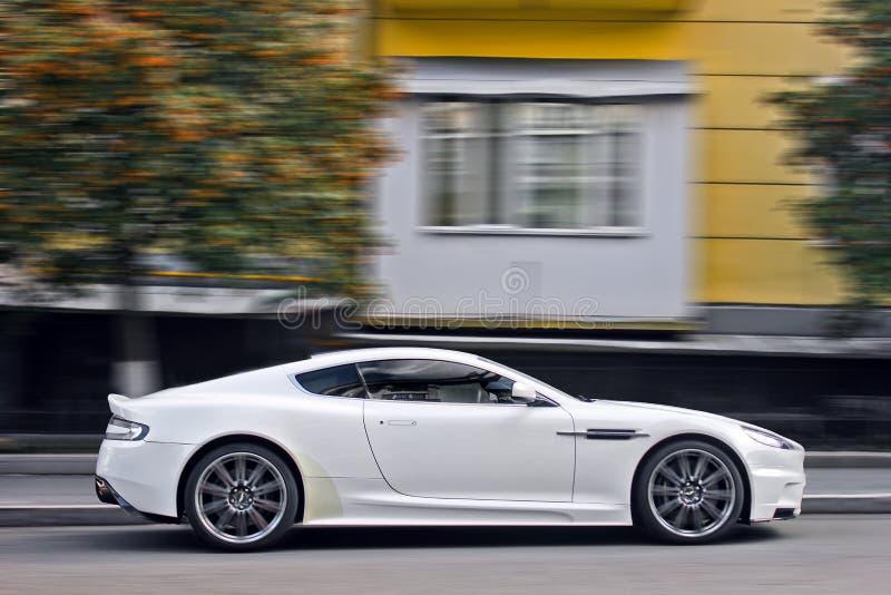 Em setembro de 2017, Kiev - Ucrânia; Aston Martin branco DBS Supercarro Carro no movimento imagem de stock royalty free