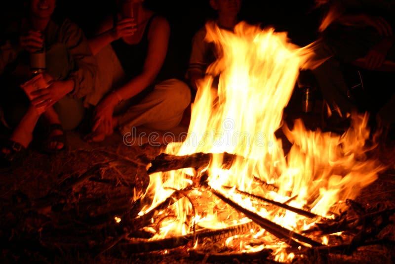 Em torno da fogueira fotos de stock