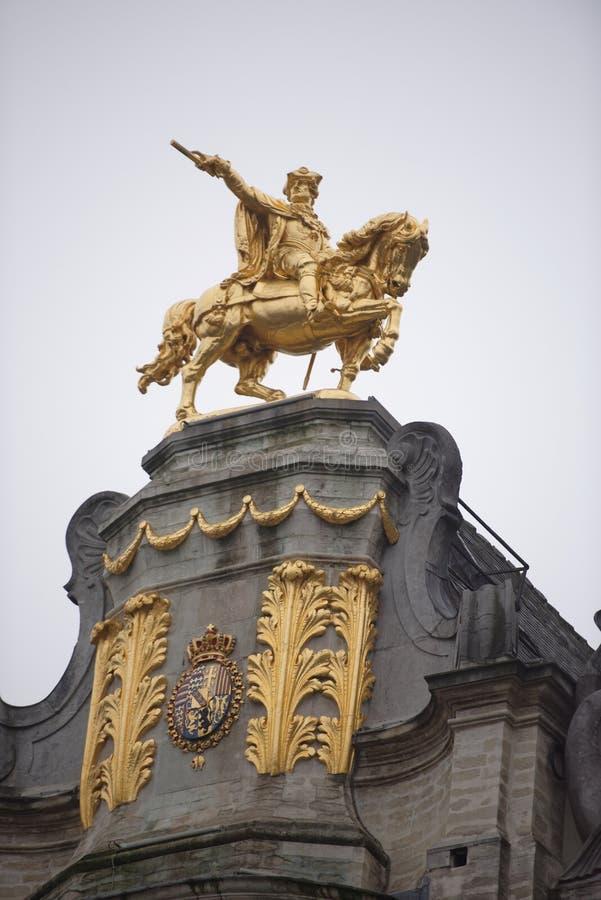 Em torno de Grand Place é a antiga casa encontrada da guilda Cada um de imagem de stock royalty free