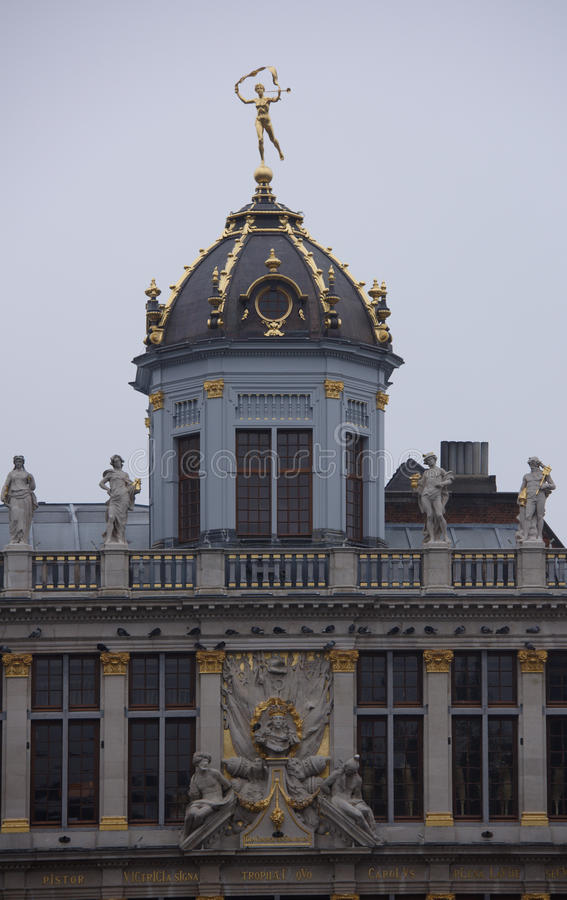Em torno de Grand Place é a antiga casa encontrada da guilda Cada um de fotos de stock