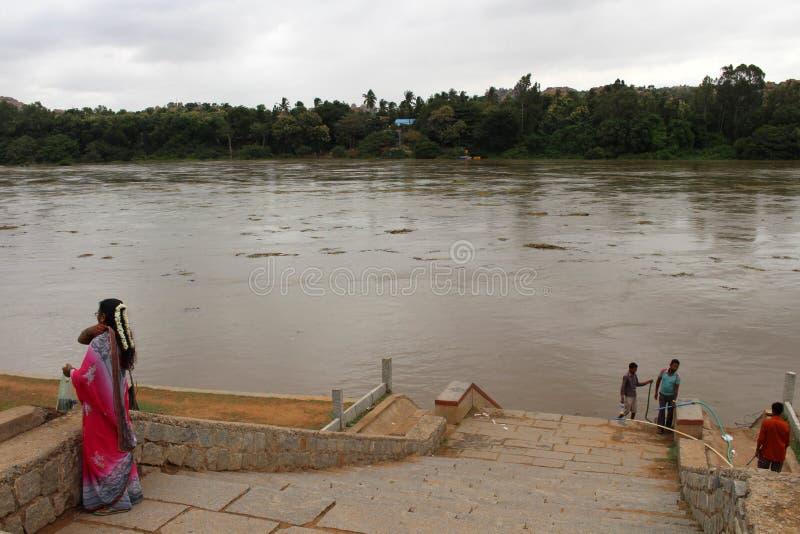 Em torno do rio de Tungabhadra quando o nível de água obtiver olá! fotos de stock royalty free