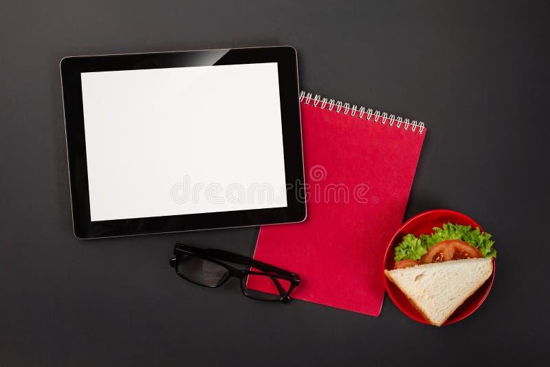 Em um bloco de notas desktop preto da almofada da tabuleta com um lugar para sua inscrição imagem de stock