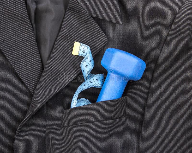 Em um bolso de peito de um revestimento escuro do ` s do homem negro em um peso claro do azul do centímetro da fita do material d foto de stock