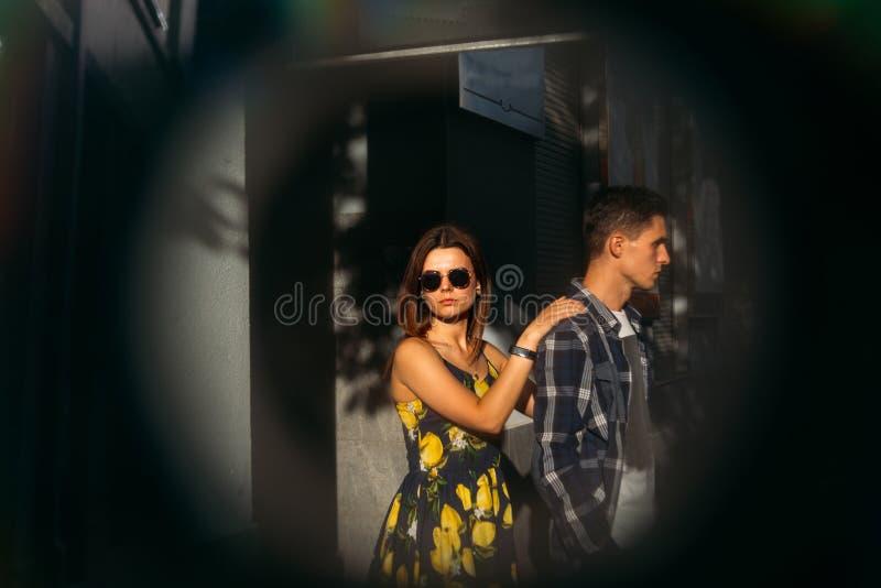 Em um círculo preto feliz, pares de amor, família aperto e riso menina do verão em um vestido uma data na cidade imagens de stock