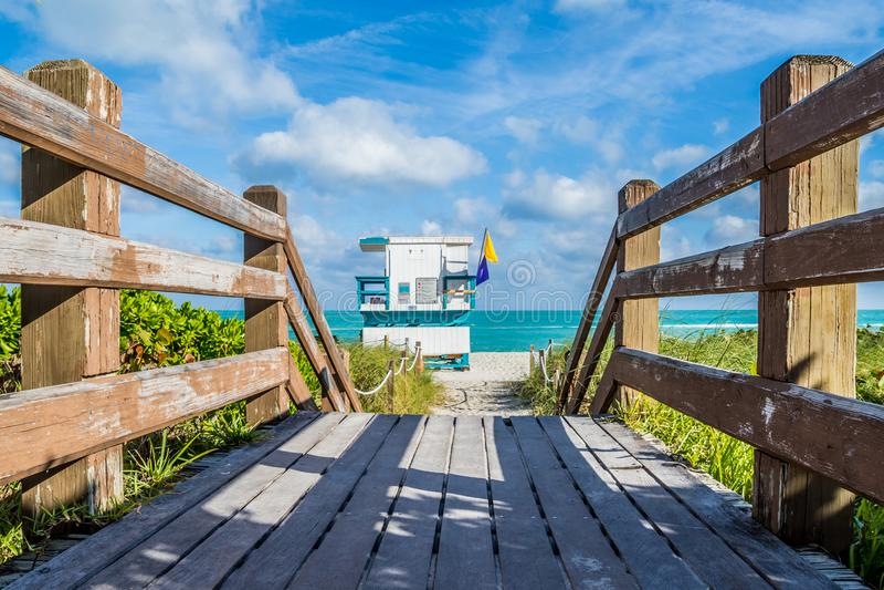 Em um cais de madeira ao suporte da salva-vidas de Miami Beach Florida imagens de stock