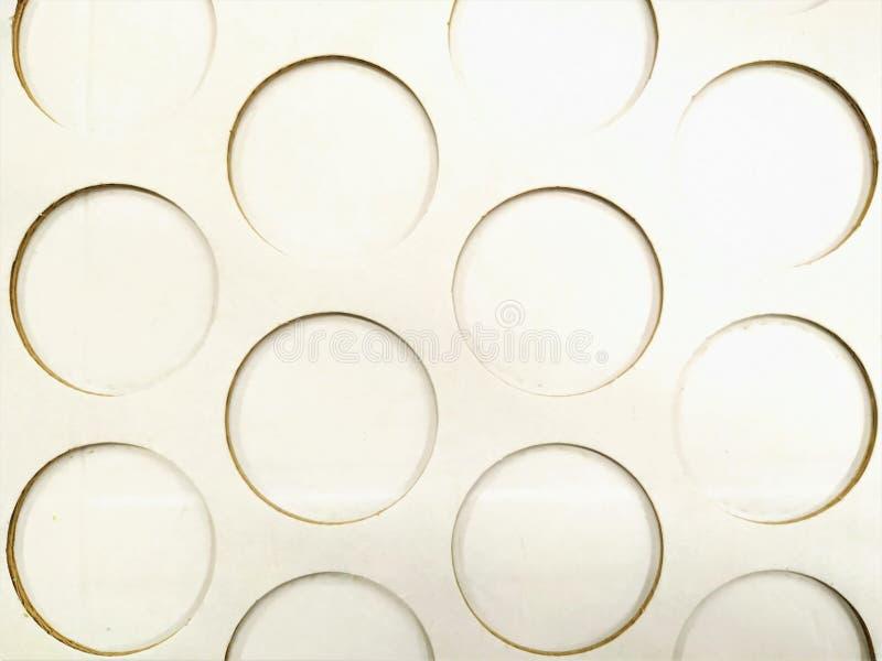 Em um cartão do Livro Branco há um teste padrão de círculos cortados Empacotamento, suporte, carcaça fotos de stock royalty free