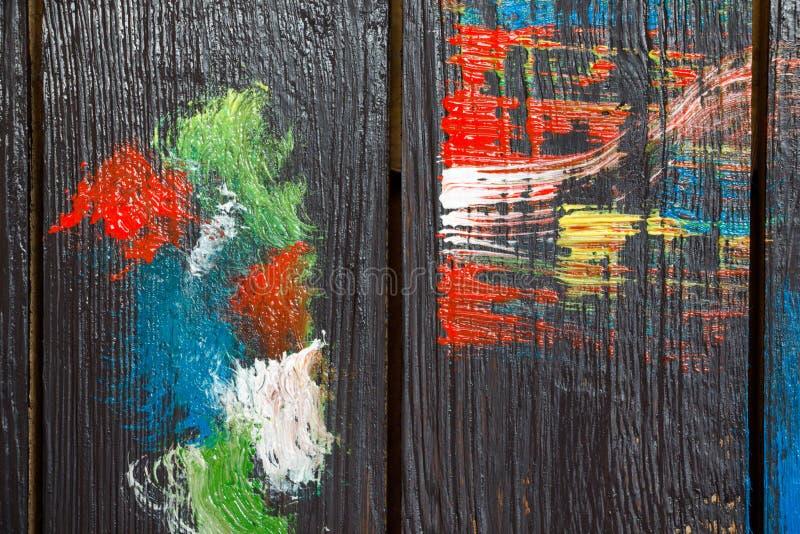 Em um fundo de madeira que seja pintado na pintura preta foto de stock
