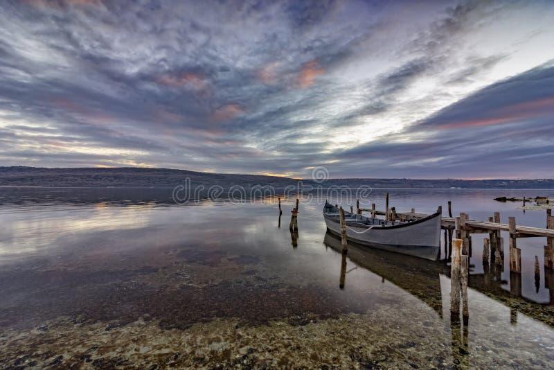 Em um lago com cais e o barco de madeira fotos de stock royalty free