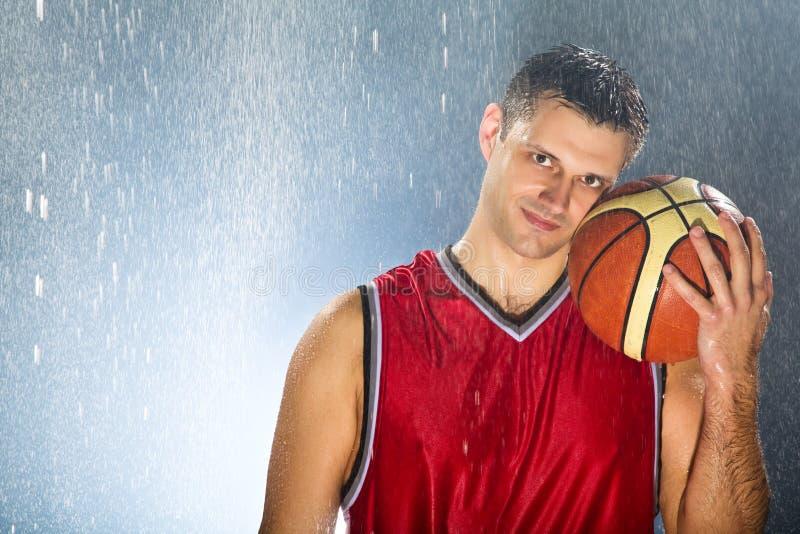 O jogador de basquetebol guardara sua bola favorita foto de stock royalty free