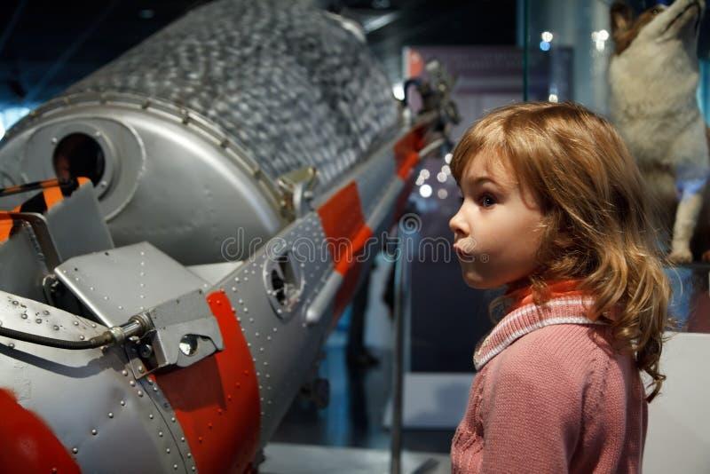 Em um museu da astronáutica coloque ao corrente crianças fotografia de stock royalty free