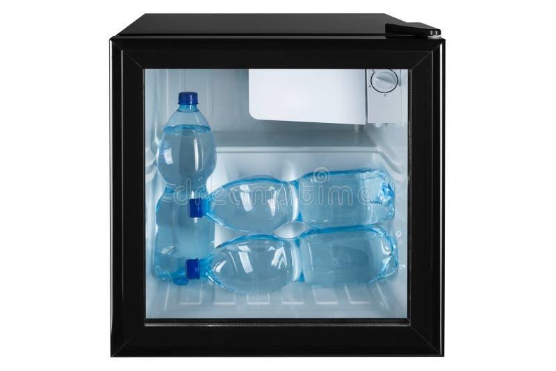 Em um refrigerador preto pequeno com uma porta de vidro há três garrafas plásticas da água, conceito que refrigera, em um fundo b ilustração do vetor