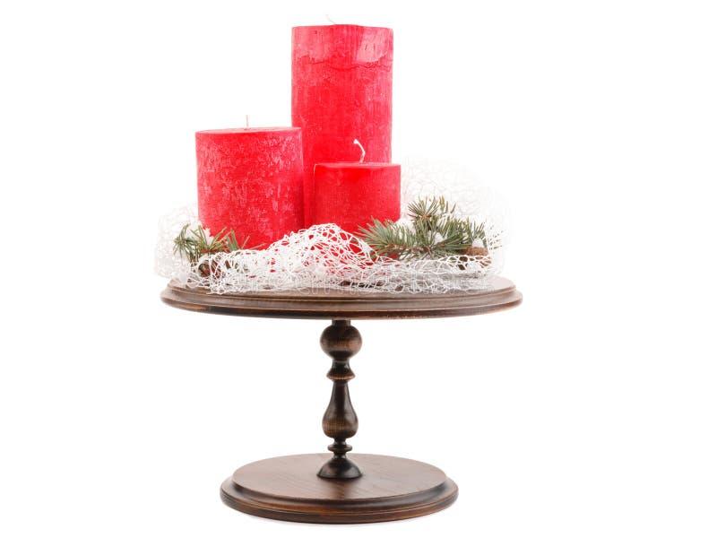 Em uma bancada de madeira, são as velas do Natal e as árvores de Natal com cones Isolado no branco fotos de stock royalty free