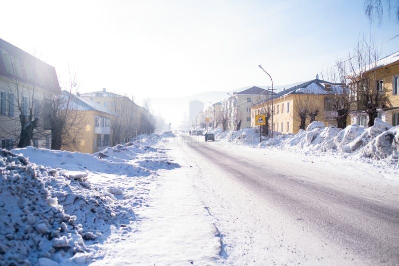 Em uma das ruas da localidade urbana de Sheregesh na montanha Shoria, Sibéria foto de stock royalty free
