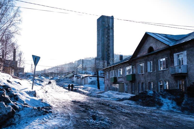 Em uma das ruas do urbano-tipo pagamento de Sheregesh na montanha Shoria nave fotos de stock royalty free