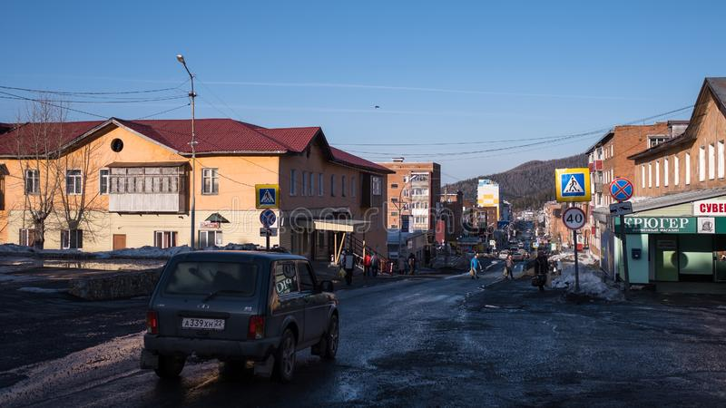 Em uma das ruas do urbano-tipo pagamento de Sheregesh na montanha Shoria foto de stock