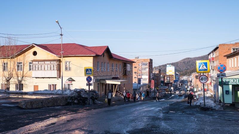 Em uma das ruas do urbano-tipo pagamento de Sheregesh na montanha Shoria fotos de stock royalty free
