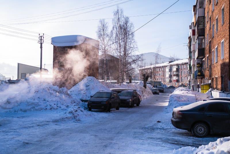Em uma das ruas no urbano-tipo pagamento de Sheregesh, montanha Shoria, Sibéria imagens de stock royalty free