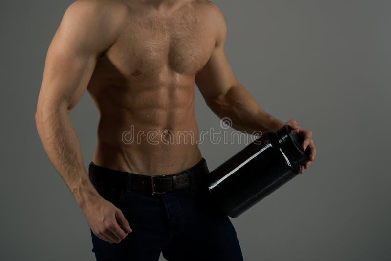 Em uma dieta Homem com seis Abs do bloco Crescimento de estimulação do músculo com esteroides anabólicos E imagens de stock