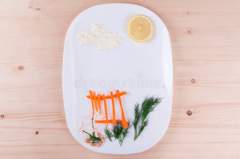 Em uma placa branca apresentada belamente uma cenoura, um limão e um aneto imagens de stock