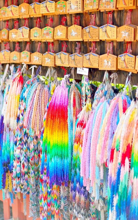 Ema祷告纸origami片剂和串抬头 在日文写的愿望在匾 免版税库存图片