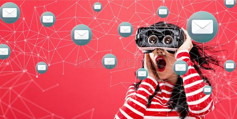 Email com a mulher que usa uns auriculares da realidade virtual ilustração royalty free