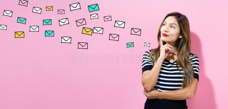Email con la giovane donna immagine stock libera da diritti