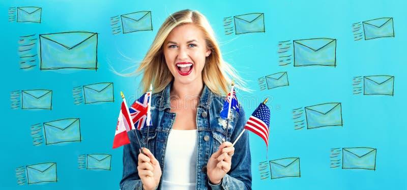 Email con la giovane donna con le bandiere immagini stock