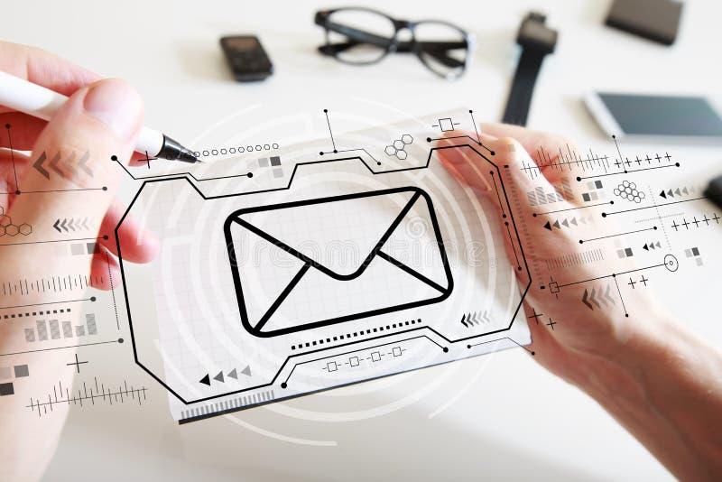 Email con un taccuino fotografie stock libere da diritti