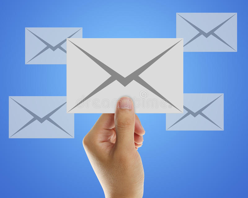 Email d'enveloppe à disposition d'homme d'affaires photos libres de droits