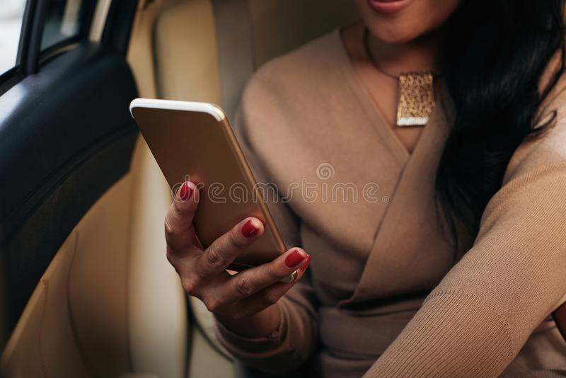 Email de la lectura en smartphone fotografía de archivo