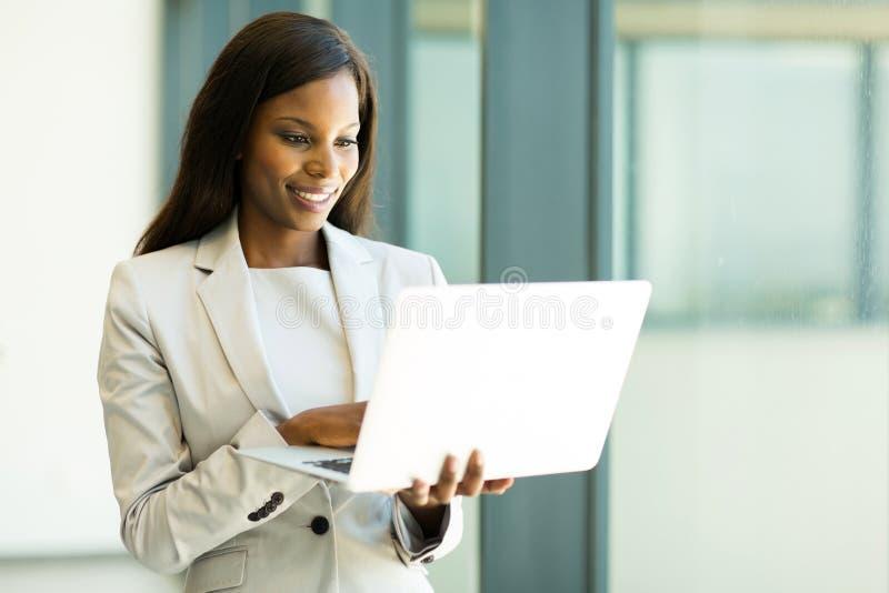 Email de lecture de femme d'affaires photographie stock