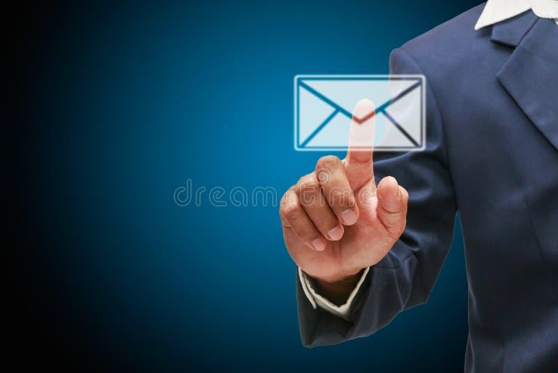 Email del controllo dell'uomo fotografie stock