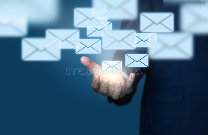 Email do homem de negócios fotografia de stock