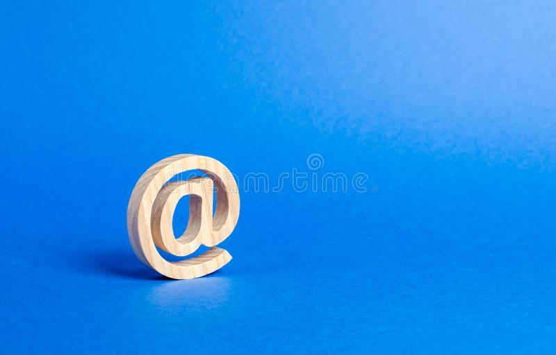 Email ikona na b??kitnym tle Internetowa korespondencja Kontakty dla biznesu Biznesowi narz?dzia Internetowa i globalna komunikac zdjęcia stock