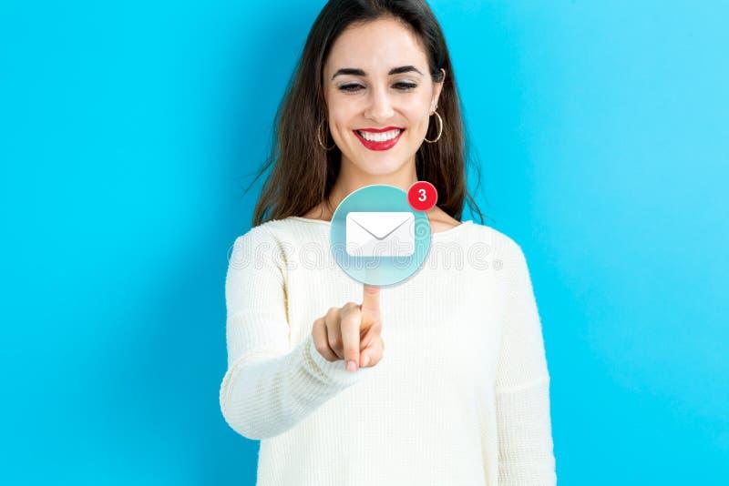 Email ikona z młodą kobietą obraz royalty free