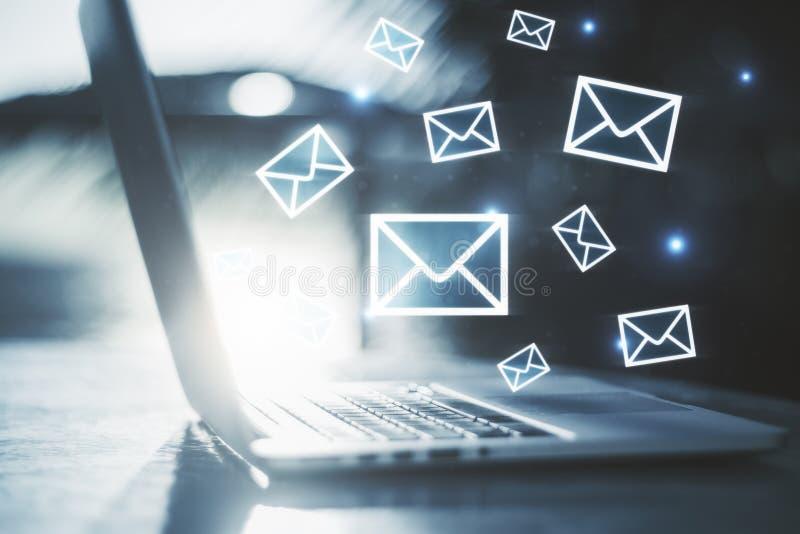 Email lançant le concept sur le marché images stock