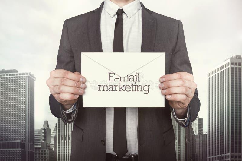 Email lançant sur le marché sur le papier images stock