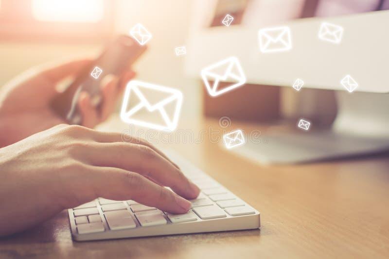 Emaila marketing i gazetki pojęcie, ręka mężczyzny dosłania bałagan obraz royalty free
